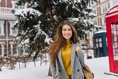 Glad le ung kvinna för stående som går på gatan i staden, kallt vinterväder Trendig modell, gladlynta sinnesrörelser royaltyfri fotografi