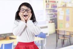Glad liten flicka i grupp Arkivbilder