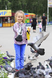 Glad liten flicka med en duva förestående Arkivbild