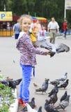 Glad liten flicka med en duva förestående Royaltyfri Bild