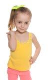 Glad liten flicka mot viten arkivfoto
