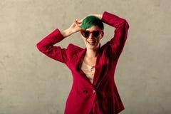 Glad livlig ung kvinna som poserar för ett foto arkivbilder