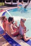 Glad lycklig familj som tycker om deras sommarsemester royaltyfri bild