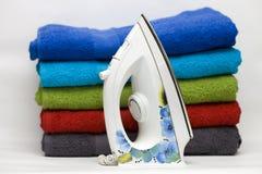 Glad:maken-ijzer met een patroon van blauwe bloemen Stock Fotografie