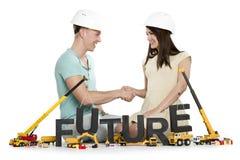 Glad man och kvinna som bygger upp deras framtid. Arkivbild