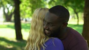 Glad manlig omfamna kvinna, blandat sprungit lyckligt par, mellan skilda raser förhållande lager videofilmer