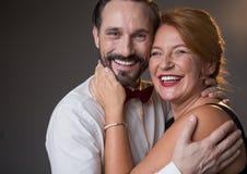 Glad medelålders mankelkvinna med fondness royaltyfri foto