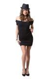 Glad nätt flicka som bär den svarta klänningen och klassikern Royaltyfria Foton