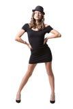 Glad nätt flicka som bär den svarta klänningen och klassikern Royaltyfri Bild