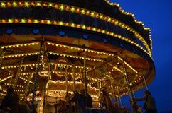 Glad nöjesplats går rundan. royaltyfria foton