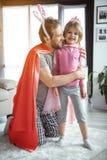 Glad pappa som kramar den lilla dottern med fondness royaltyfria bilder