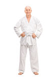 Glad pensionär i en vit kimono Arkivbilder