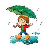 Glad pojke som går i regnet som isoleras på vit Arkivbilder