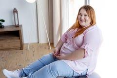 Glad positiv kvinna som visar hennes bra lynne royaltyfria foton