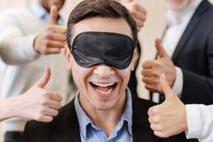 Glad positiv man som bär en sova maskering Arkivfoto