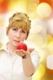 glad röd kvinna för baublejul Arkivfoto