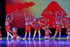 glad sång av akademin för fiskPekingdans som graderar för barn` s för prov den utstående utställningen Jiangxi för prestation för Royaltyfri Foto