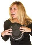Glad sångare Holding Hat Royaltyfri Fotografi