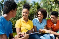 Glad skratta grupp av afrikansk amerikanstudenter royaltyfri bild