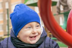 Glad skratta pojke som bort ser royaltyfria bilder