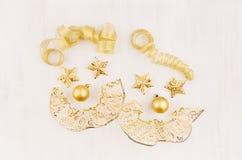 Glad snögubbe för framsida två av guld- stjärnor, bollar, krullningsband på det mjuka vita wood brädet, bästa sikt Royaltyfri Foto