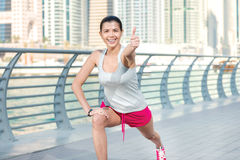 Glad sportgenomkörare Idrotts- kvinna i sportswearen som gör sport e Arkivbild
