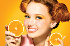 Glad tonårig flicka för skönhet med saftiga apelsiner Fotografering för Bildbyråer
