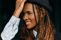 Glad ung afrikansk amerikankvinna lycklig modell royaltyfri bild