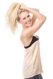 Glad ung kvinna med händer i hår Royaltyfri Fotografi