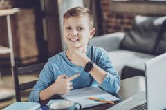 Glad unge som pekar på hans grej royaltyfri foto