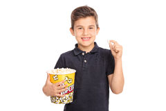 Glad unge som rymmer en stor ask av popcorn Royaltyfri Bild