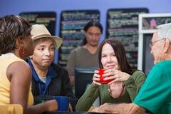 Glad Woman con los amigos en café Imagen de archivo