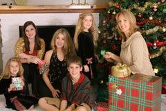 glada julfamiljgåvor Fotografering för Bildbyråer