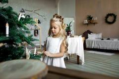 glada lyckliga ferier för jul Den gulliga lilla flickan dekorerar en julgran Royaltyfria Foton