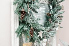 glada lyckliga ferier för jul En härlig vardagsrum som dekoreras för jul E Royaltyfri Bild
