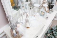 glada lyckliga ferier för jul En härlig vardagsrum som dekoreras för jul E Arkivfoton