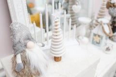 glada lyckliga ferier för jul En härlig vardagsrum som dekoreras för jul E Fotografering för Bildbyråer