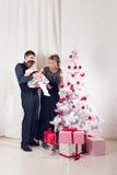 glada lyckliga ferier för jul Föräldrar och behandla som ett barn flickan som har roligt och tillsammans inomhus spelar nära julg Arkivfoto