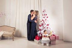 glada lyckliga ferier för jul Föräldrar och behandla som ett barn flickan som har roligt och tillsammans inomhus spelar nära julg Royaltyfria Bilder