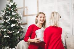 glada lyckliga ferier för jul Gladlynt mamma och hennes gullig dotterflicka som utbyter gåvor Royaltyfria Foton