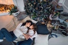 glada lyckliga ferier för jul Gladlynt mamma och hennes gullig dotterflicka som utbyter gåvor Förälder och litet barn Royaltyfria Foton