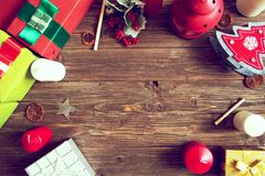 glada lyckliga ferier för jul Julträbakgrund med gåvor, decotations och stearinljus Top beskådar Royaltyfri Fotografi