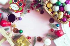 glada lyckliga ferier för jul Julträbakgrund med gåvor, decotations och stearinljus Top beskådar Arkivfoto