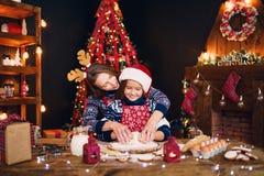 glada lyckliga ferier för jul Kakor för moder- och dottermatlagningjul royaltyfria foton