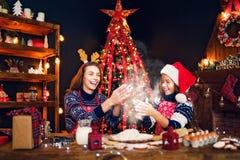 glada lyckliga ferier för jul Kakor för moder- och dottermatlagningjul fotografering för bildbyråer