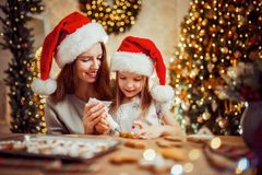 glada lyckliga ferier för jul Kakor för moder- och dottermatlagningjul royaltyfri fotografi