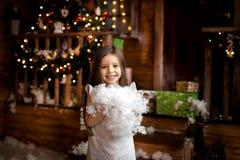 glada lyckliga ferier för jul liten flicka i juldekor Arkivbilder