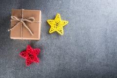 glada lyckliga ferier för jul Xmas-gåvagåva för älskad Modell för nytt år med julgåvor Top beskådar Royaltyfria Foton