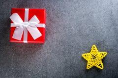 glada lyckliga ferier för jul Xmas-gåvagåva för älskad Modell för nytt år med julgåvor Top beskådar Arkivbild