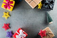 glada lyckliga ferier för jul Xmas-gåvor för all familj Modell för nytt år med julträdet och gåvor överkant Royaltyfria Bilder